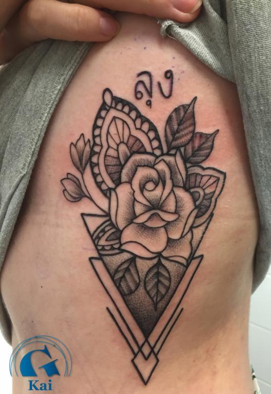 graphicaderme-avignon-kai-tatouage-geometrie-fleur-graphique-vaucluse