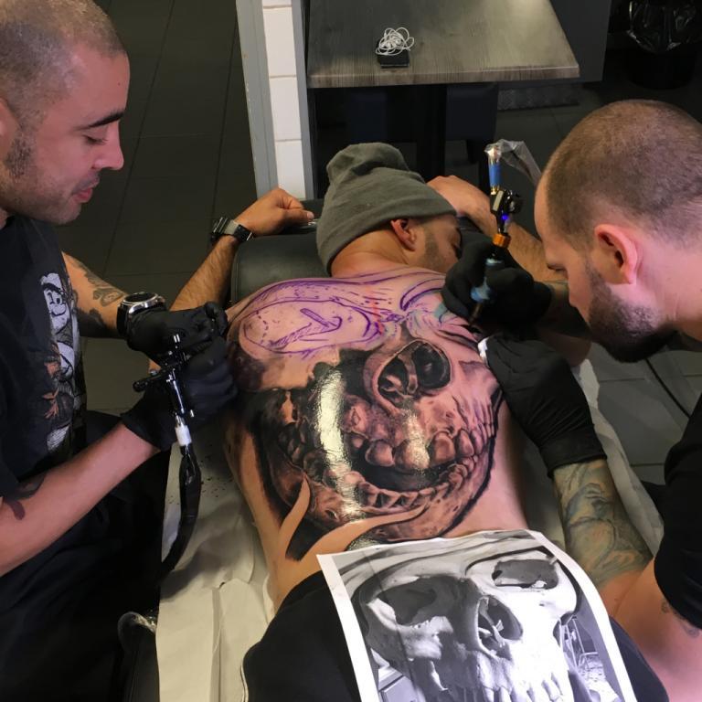 graphicaderme-avignon-paca-vaucluse-tattoo-tatouage-stevenchaudesaigues-juliendirtycool-skull-crane-doscomplet