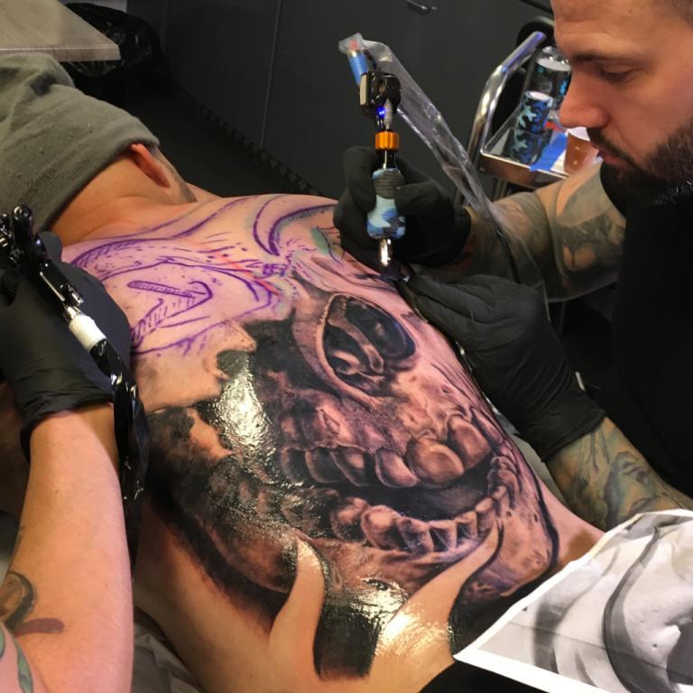 graphicaderme-avignon-stevenchaudesaigues-juliendirtycool-vaucluse-tattoo-tatouage-tatoueur-doscomplet-skull-crane