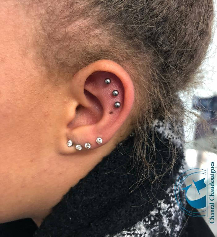 graphicaderme-avignon-vaucluse-piercing-chantal-lobes-lobe-helix-cartilage