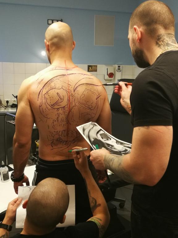 graphicaderme-avignon-vaucluse-stevenchaudesaigues-juliendirtycool-skull-doscomplet-stencil-tattoo-tatoueur