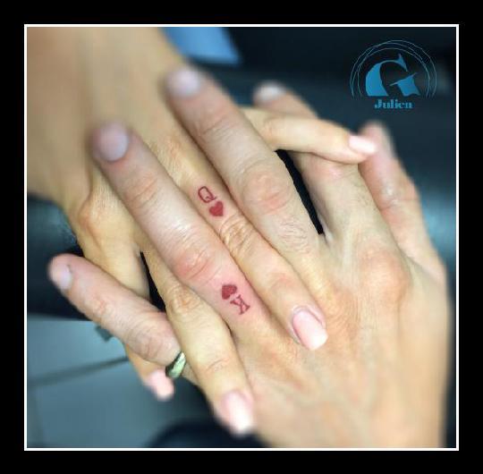 graphicaderme-juliendirtycool-vaucluse-avignon-paca-tatoueur-tattoo-idee-tatouage-couple-roi-reine-doigts