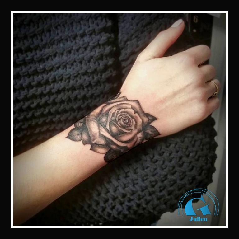 graphicaderme-rose-realiste-noir-gris-feminin-tatouage