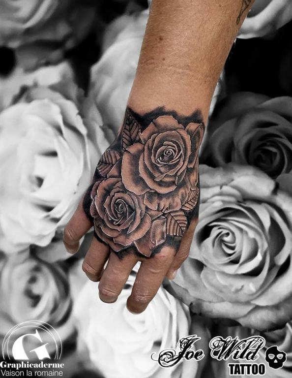 Tatouage de rose vaison la romaine graphicaderme - Tatouage rose main homme ...