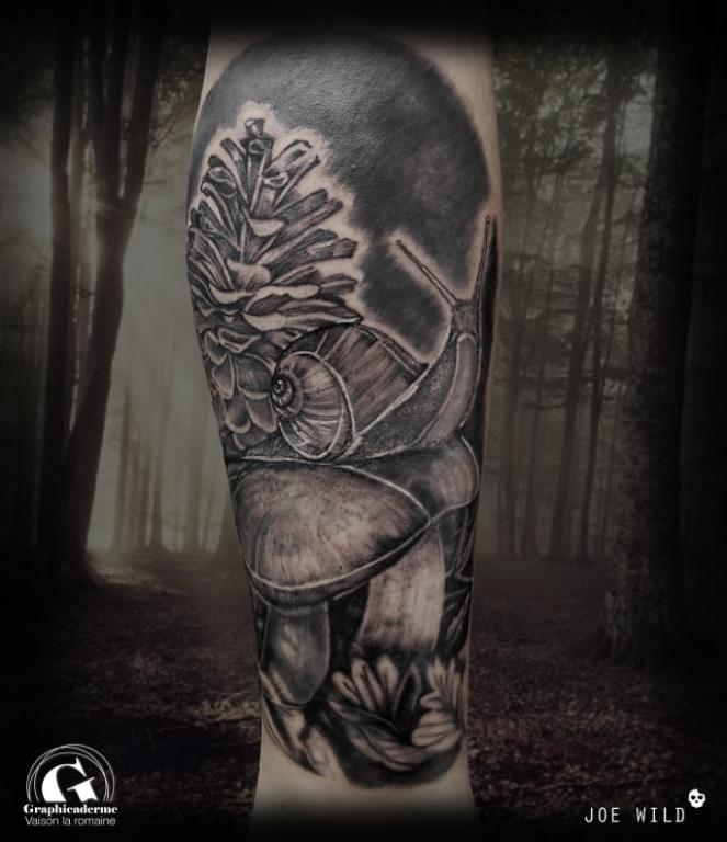 tatoueuse-tatoueur-vaison-la-romaine-vaucluse-joe-wild-graphicaderme-tatouage-escargot