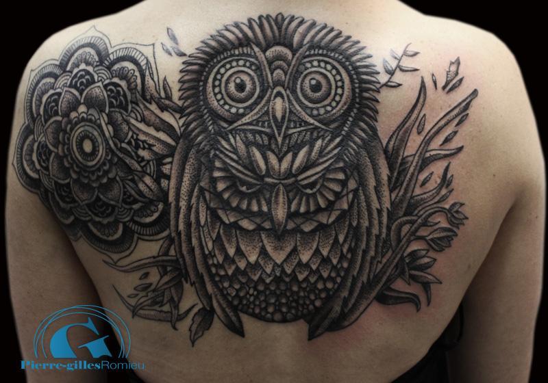 La technique du dot pour le nouveau tatouage de s verine - Tatouage mandala dos ...