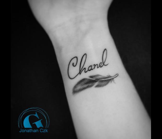 tatouage,femme,plume,prenom,poignet