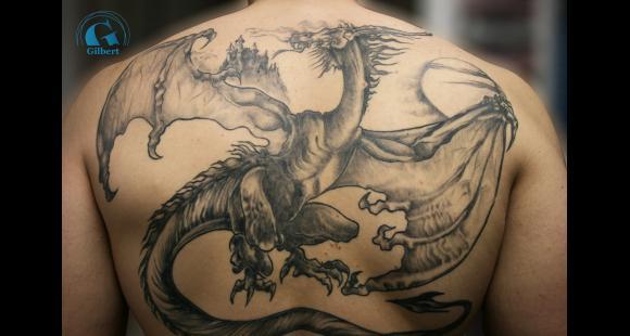 id e de tatouage de dragon fantaisie dans le dos. Black Bedroom Furniture Sets. Home Design Ideas