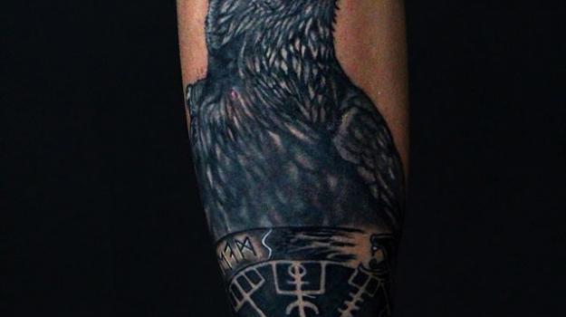 tattoo_tatouage_piercing_art_vaison_la_romaine_vaucluse_dessin_peinture_oiseaux_corbeau_bollène_nyons_buislesbaronnies_tulette_malaucène_cavaillon_robion_coustellet_drôme_ardèche_tatouage_couleur_crane_mexicain_noir_et_gris_roses