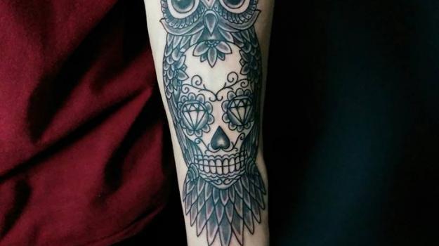 tattoo_tatouage_piercing_art_vaison_la_romaine_vaucluse_dessin_peinture_bollène_nyons_buis_les_baronnies_tulette_malaucène_cavaillon_robion_coustellet_drôme_ardèche_tatouage_couleur_roses_mandala_cuisse