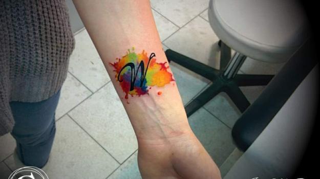 tattoo_tatouage_piercing_art_vaison_la_romaine_vaucluse_aquarelle_dessin_peinture_bollène_nyons_buis_les_baronnies_tulette_malaucène_cavaillon_robion_coustellet_drôme_ardèche_tatouage_couleur_roses_mandala_cuisse_poignet