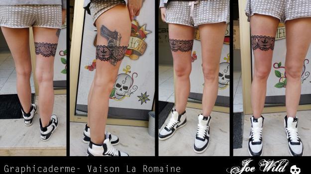 tattoo_tatouage_piercing_art_vaison_la_romaine_vaucluse_jarretière_dentelle_pistolet_beretta__carpekoy_peinture_bollène_nyons_buis_les_baronnies_tulette_malaucène_cavaillon_robion_coustellet_drôme_ardèche_noir_et_gris_réalisme_cuisse_jambe