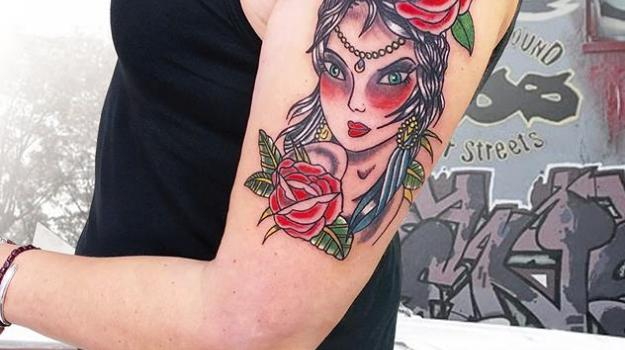 tattoo_tatouage_piercing_art_vaison_la_romaine_vaucluse_old_school_aquarelle_dessin_peinture_bollène_nyons_buis_les_baronnies_tulette_malaucène_cavaillon_robion_coustellet_drôme_ardèche_tatouage_couleur_roses_femme_bras_épaule