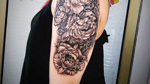 tattoo_tatouage_piercing_art_vaison_la_romaine_vaucluse_fleurs_roses__dessin_peinture_bollène_nyons_buis_les_baronnies_tulette_malaucène_cavaillon_robion_coustellet_drôme_ardèche_tatouage_noir_et_gris_fleurs_pivoines_bras_épaule