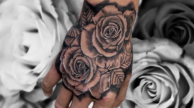 tattoo_tatouage_piercing_art_vaison_la_romaine_vaucluse_femme_roses_fleurs_portrait_peinture_bollène_nyons_buis_les_baronnies_tulette_malaucène_cavaillon_robion_coustellet_drôme_ardèche_noir_et_gris_réalisme_bras_main