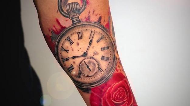 tattoo_tatouage_piercing_art_vaison_la_romaine_vaucluse_montre_à_gousset_fleurs_roses__dessin_peinture_bollène_nyons_buis_les_baronnies_tulette_malaucène_cavaillon_robion_coustellet_drôme_ardèche_tatouage_noir_et_gris_roses_avantbras