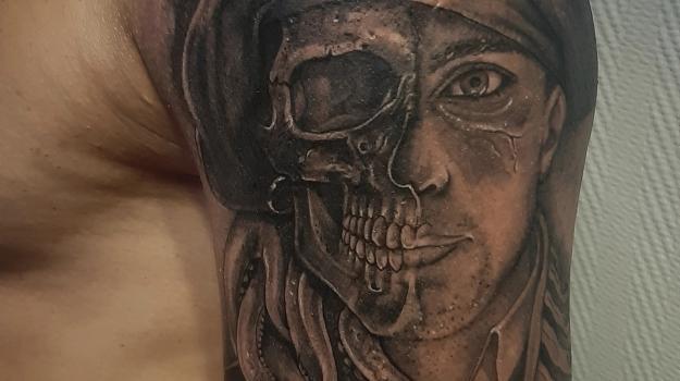 steven-chaudesaigues-meilleur-tatoueur-orange-vaucluse-graphicaderme-tattoo-pirate