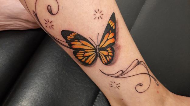 graphicaderme-avignon-justine-tatoueuse-avignon-papillon-arabesques-tatouagefemme