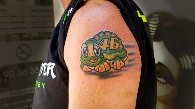 tattoo-tatouage-rossi-vr46-piercing-art-vaison-vaucluse-dessin-peinture-bollène-nyons-buislesbaronnies-tulette-malaucène-cavaillon-robion-coustellet-drôme-ardèche-tatouagecouleur
