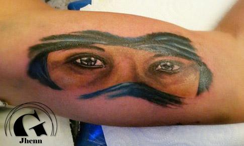 Un regard imp n trable tatou par jhenn sur le biceps de r gis graphicaderme - Tatouage biceps femme ...